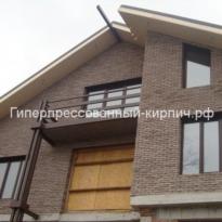 Дом из коричневого кирпича скала