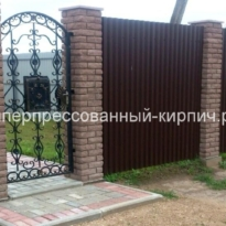 Кирпичный забор коричневый фото