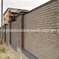 Кирпичный забор коричневый