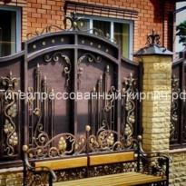 кирпичный забор из светлого кирпича с ковкой
