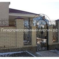 забор из гиперпрессованного кирпича с ковкой из слоновой кости