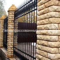 забор с ковкой из кирпича