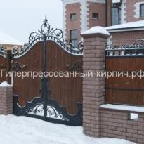 темный кирпич на забор с ковкой