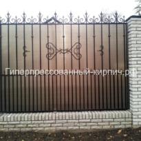 белый кирпич на забор с ковкой