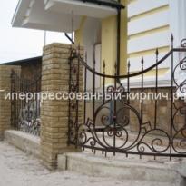 желтый кирпич на забор с ковкой