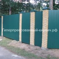 забор из зеленого профнастила и кирпичных столбов
