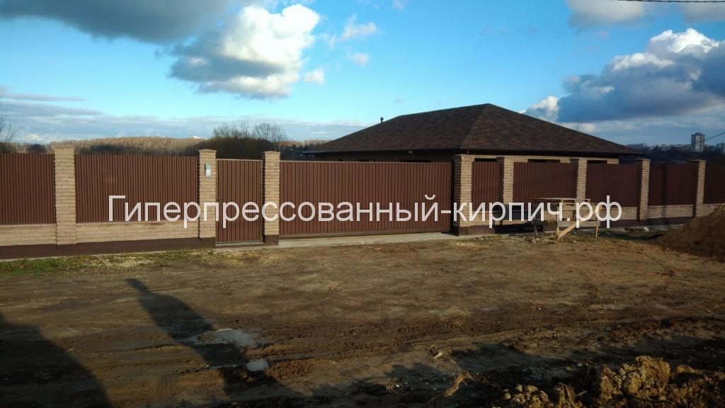 забор, кирпичный забор, коричневый кирпич, столбы, столбы забора, гиперпрессованный кирпич.